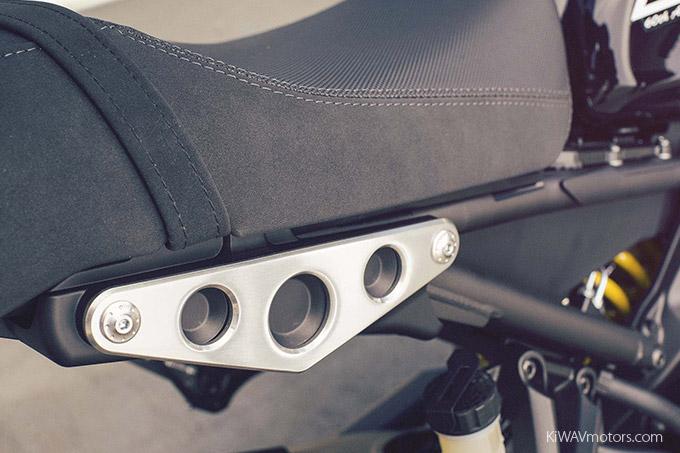 Yamaha XSR900 Retro-designed leather seat 01 - KiWAVmotors